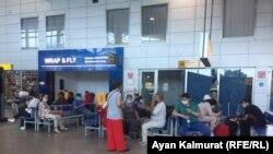 В зале отлетов внутренних рейсов в аэропорту Алматы. Иллюстративное фото.