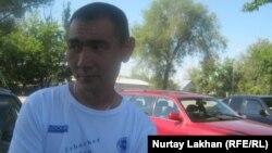 Житель села Исаев, по имени Даурен, у здания акимата сельского округа. 19 июня 2012 года.