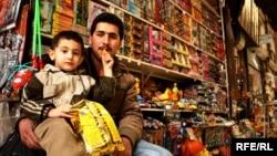Хозяин игрушечного ларька Али и его племянник Гусейн, базар Газвина, Иран