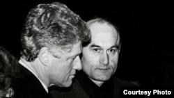 Біл Клінтан і Зянон Пазьняк у Курапатак, 1994