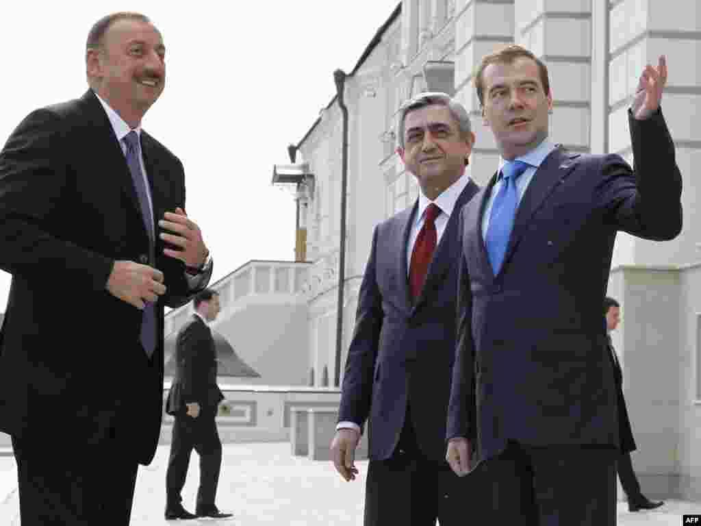Росия - Дмитрий Медведев приветствует Сержа Саргсяна и Ильхама Алиева, Казань, 24 июня 2011