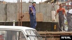 Градежните работници се плашат отворено да зборуваат дали владата доцни со исплатата на проектите на кои работат нивните фирми.