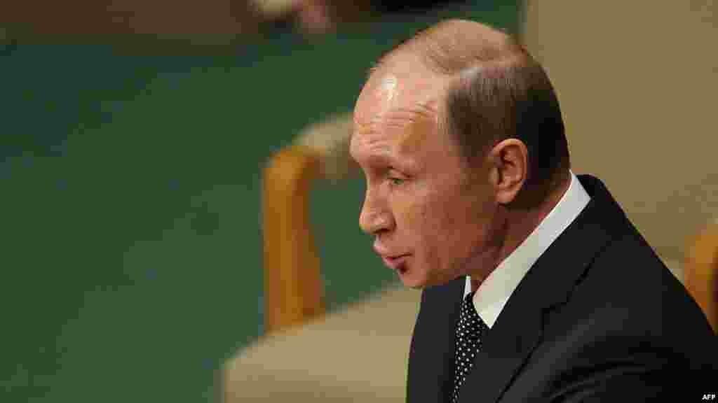ولادیمیر پوتین، رئیسجمهوری روسیه، که پس از سالها در نشست شرکت کرد، گفت«به نظر ما خودداری از همکاری با حکومت سوریه و نیروهای مسلح آن که دارند به شدت و رو در رو با تروریسم میجنگند، اشتباهی بزرگ است».