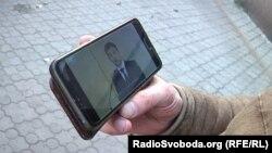 Житель окупованого Донецька дивиться виступ президента України Володимира Зеленського