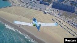 Самолет E-Fan компании Airbus идет на посадку в аэропорту Кале, 10 июля 2015 г.
