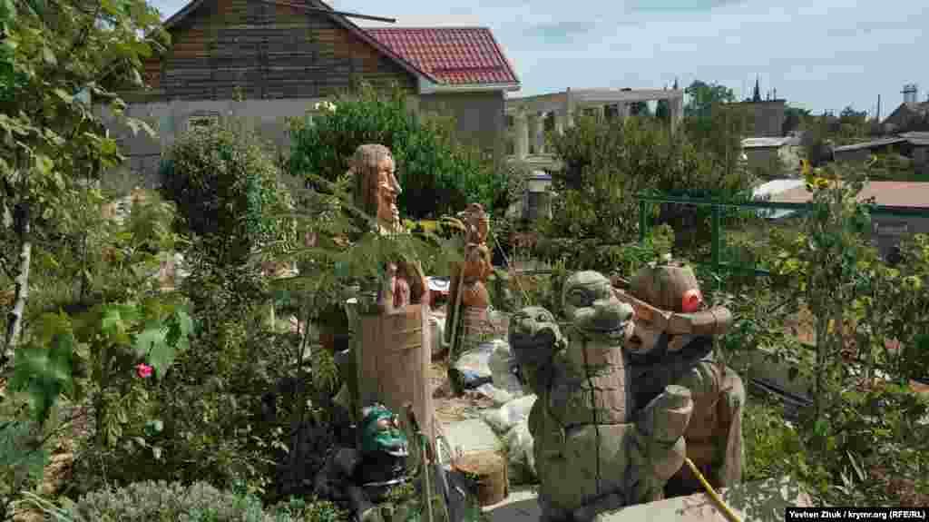 У дворі музею – вирізані з дерева фігури фантастичних персонажів