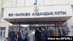 У здания районного суда в городе Шымкенте. Иллюстративное фото.