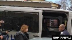 Цветелина Кънева беше изведена в понеделник от сградата на Басейновата дирекция в Пловдив и откарана с полицейски бус