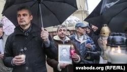Леанід Кулакоў з партрэтам зьніклага Юр'я Захаранкі на акцыі каля КДБ