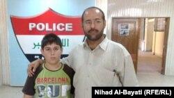 الطفل المختطف أحمد عماد مع أبيه بعد تحريره من خاطفيه