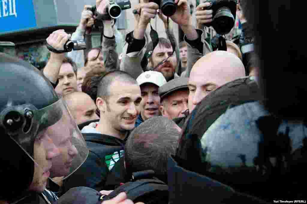 Не всем желающим фотографам удалось прорваться к Эдуарду Лимонову (на фото единственный в кепке). На Триумфальной он пробыл не более 15 секунд: полиция его ни о чем не предупреждала - схватили и увели.