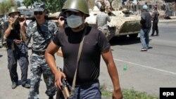 Военнослужащие патрулируют улицы в Оше. 21 июня 2010 года.