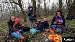 Një familje kosovare nxehet afër një zjarri pasi ilegalisht e kanë kaluar kufirin dhe kanë hyrë nga Serbia në Hungari