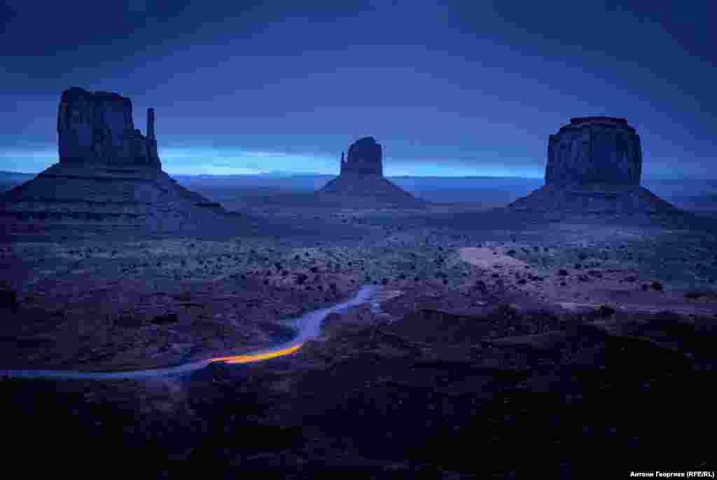"""Долината на паметниците или Монюмънт вали - снимачна локация на стотици уестърни с Джон Форд, Джон Уейн и много други. Американското кино не би било същото без Монюмънт вали, особено след """"Волния ездач"""" (1969), в който звездите са Питър Фонда, Джак Никълсън и Денис Хопър."""