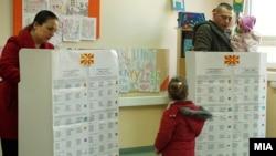 Архивска фотографија: Гласање на избирачко место во Скопје на предвремените парламентарни избори 2016 година