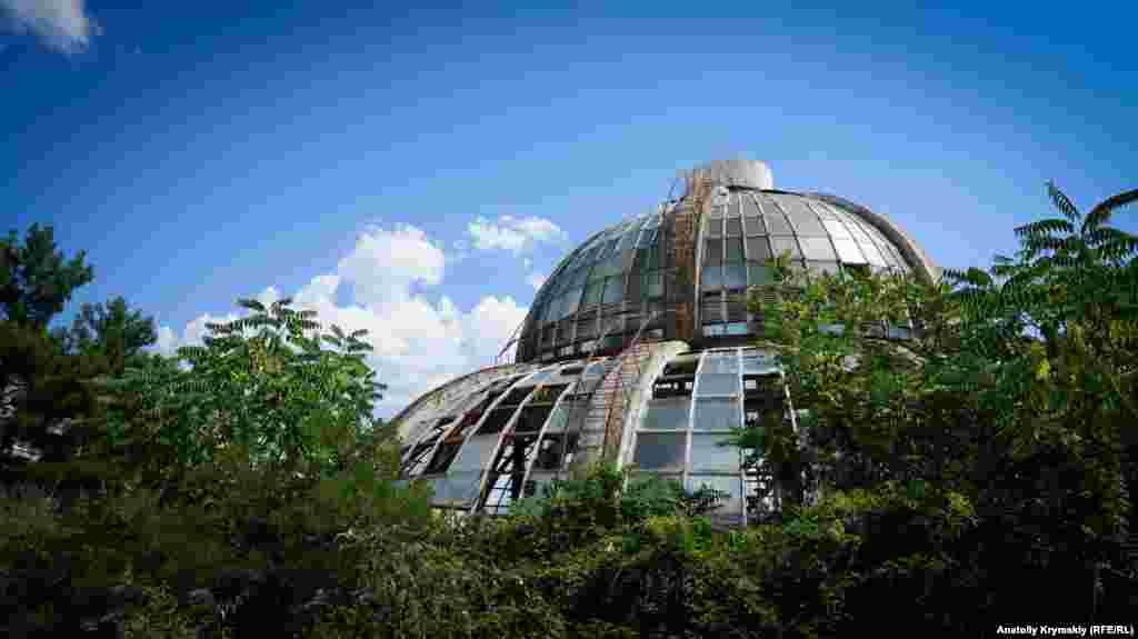 Купол зимового саду теж начебто повинні реконструювати разом із двома довколишніми 14-поверховими спальними корпусами