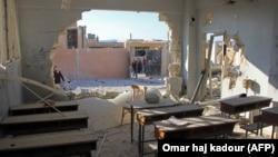 Разрушения в здании, в котором расположена школа, после авианалета в населенном пункте Хас в удерживаемом повстанцами районе сирийской провинции Идлиб. 26 октября 2016 года.