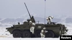 Бойцы казахстанской армии на учениях. Полигон Коктал, 16 февраля 2012 года.