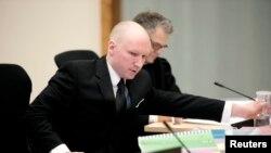 Vrasësi Anders Behring Breivik, gjatë seancës gjyqësore, 17 mars, 2016