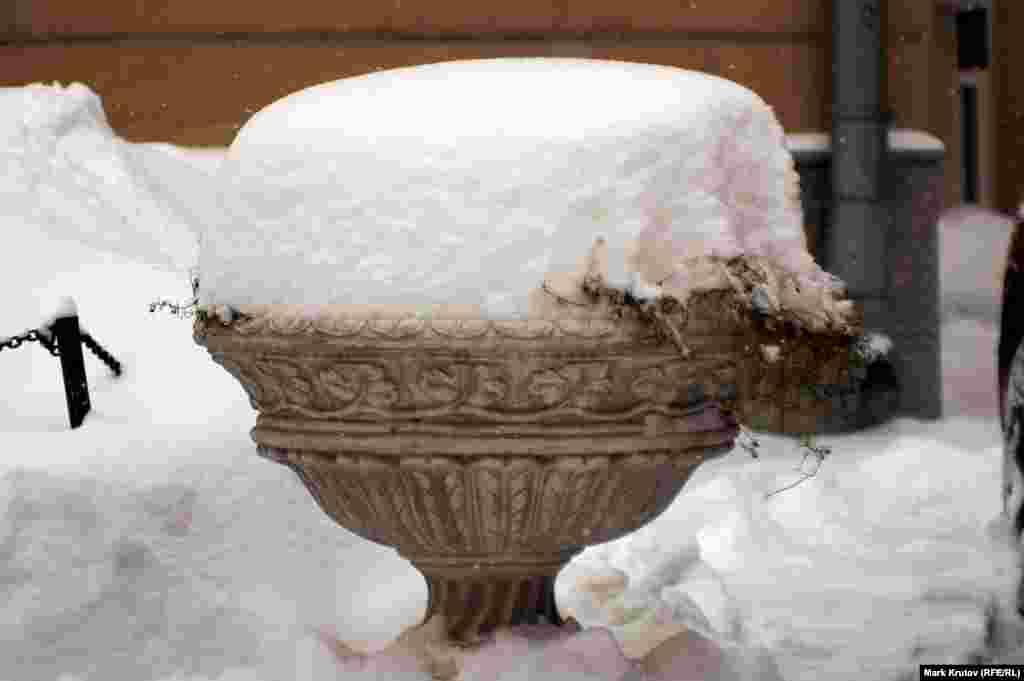 По данным синоптиков, за время последнего снегопада в Москве выпало 18 сантиметров снега.