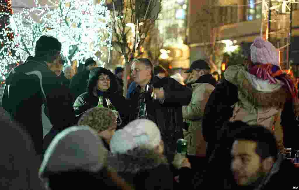 МАКЕДОНИЈА - Новогодишната ноќ на територијата на Град Скопје била мирна и стабилна и имаме огромно намалување на кривичните дела и прекршоци за разлика од претходните години, изјави министерот за внатрешни работи Оливер Спасовски по првојануарската посета на СВР Скопје. Релативно мирна новогодишна ноќ имале и дежурните лекари во Скопје.