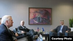 Kryeministri Hashim Thaci takon kongresistet ameirkane, Robert Aderholf, Bob McEwen dhe Trent Walters, Prishtinë, 26 maj, 2013