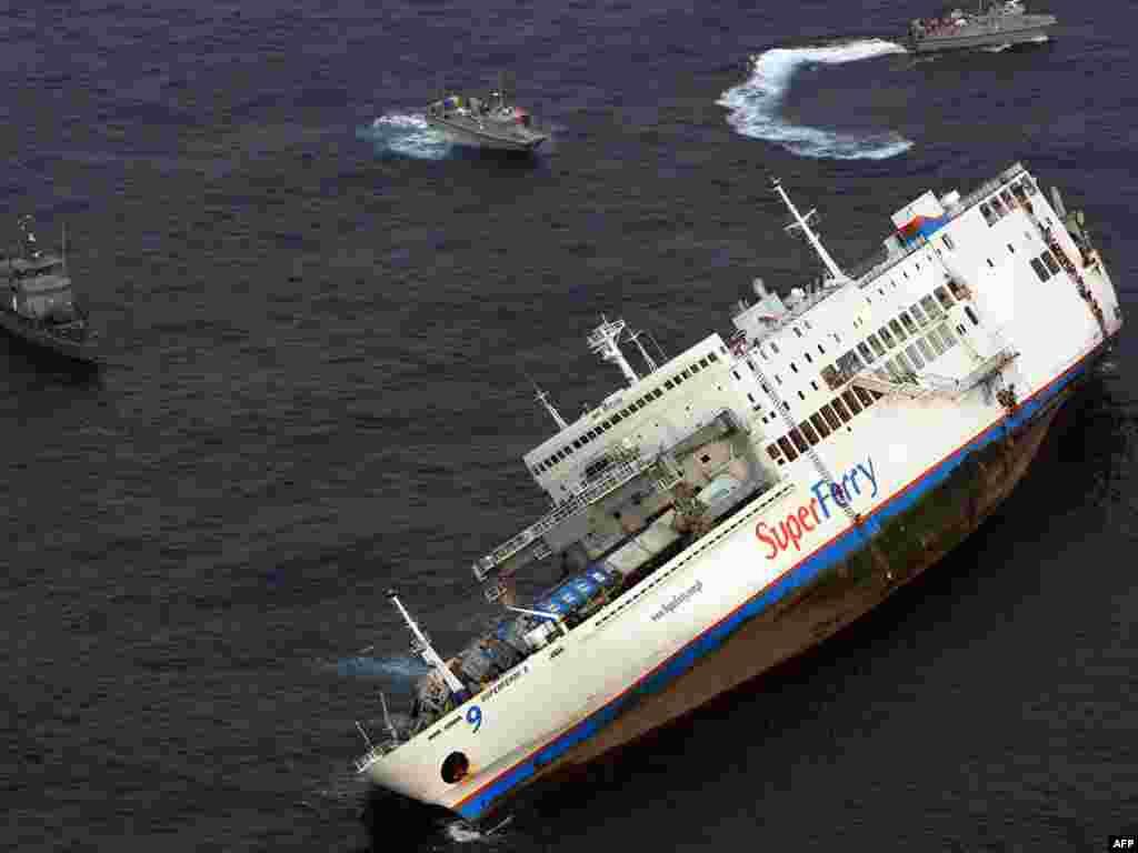 Filipini - Nagnut ¨Supertrajekt 9¨ - Filipinska vojska je objavila ovu fotografiju ¨Supertrajekt a 9¨ koji je tonuo na jugu Filipina sa 1000 putnika na palubi. Mornarica ga vuče prema obali. Desetine su proglašene nestalima, a 5 ljudi je izgubilo život.