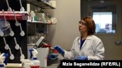 Работник лаборатории в Грузии, модернизированной при участии США. 10 марта 2020 года.