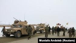 Военные Афганистана направляются к месту катастрофы самолета в провинции Газни, 27 января 2020 год