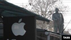 Aqmescitte Apple reklama levhası ve Lenin abidesi, 2015 senesi yavanr 22