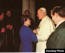 З римським папою Іваном Павлом ІІ: свого часу Анна Валентинович голодувала, вимагаючи допустити понтифіка до Польщі