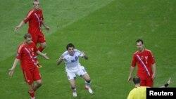 В центре – член сборной Греции Гиоргос Карагоунис, автор единственного гола в игре со сборной России. Варшава, 16 июня 2012 года.