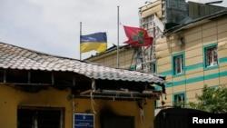 Пошкоджені будівлі біля Луганського прикордонного загону. 3 липня 2014 року