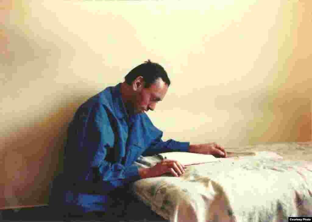 ۱۳۷۵ تهران؛ همین روزهاست که دوره جدیدی در زندگی کاوه شروع شود. طراحی مجله و صفحهآرایی را به تجربه یاد میگیرد و چند سالی مجله فرهنگی، هنری «معیار» با همکاری او منتشر میشود.