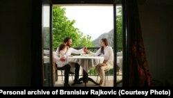 Cijela sedmica pred Vaskrs u Pravoslavnoj crkvi izuzetno je važna i svaki dan, kaže đakon Rajković, ima svoju simboliku i značenje (na fotografiji: Branislav Rajković sa svojom suprugom i kćerkom)