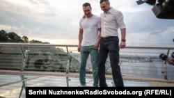Брати Клички випробовують «скляний міст» . Київ, 25 травня 2019 року