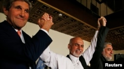 جان کری، وزیر خارجه آمریکا (چپ) به همراه دو رقیب انتخاباتی افغانستان
