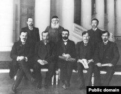 Группа депутатов Государственной думы II созыва. Второй справа сидит Абдурешид Медиев