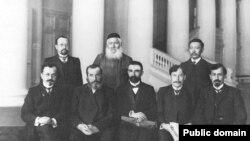 Група депутатів Державної думи II скликання. Другий праворуч сидить Абдурешид Медієв