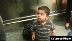صورة الطفل انس من اربيل وهو في مطار دوسلدورف لحظة الوصول يوم الاثنين