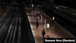 Пассажиры, соблюдая предписанную дистанцию, ждут поезда на вокзале Аточа в Мадриде. 4 мая 2020 года