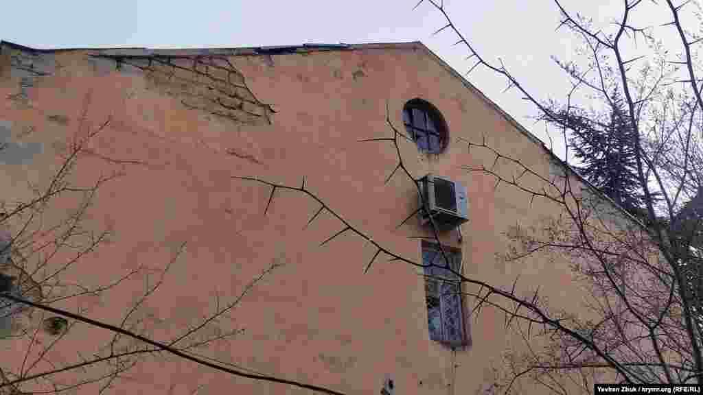 Наличие двух ведомств на одной территории привело, фактически, к тому, что здание изуродовано. Налоговики отремонтировали свою часть, закрыв стены современным вентилируемым фасадом, прокуроры ограничились покраской. В результате единство форм потеряно. Между тем, если обойти здание, можно увидеть, что отремонтирован только главный фасад. Боковые фасады здания и выходящий во двор фасад не видели ремонта десятки лет