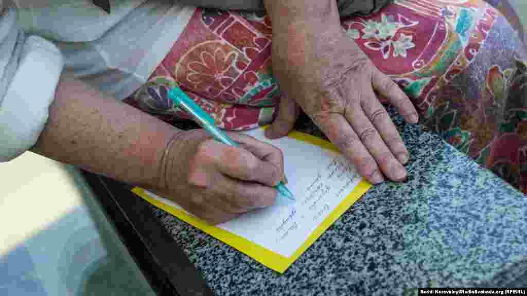 Люди писали Олегу Сенцову листівки, які потім будуть переслані в колонію