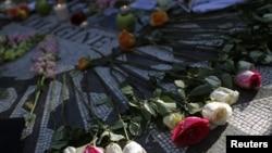 Më 8 dhjetor 2010 në Parkun Qendror të Nju Jorkut, me vendosje lulesh, ishte shënuar 30 vjetori i vrasjes së Xhon Lenonit