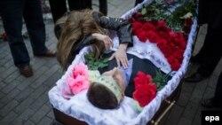 Похороны одного из погибших во время беспорядков