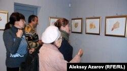 Посетители выставки рисунков американского художника индийского происхождения Шри Чинмоя. Алматы, 17 ноября 2015 года.