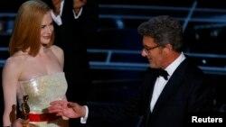 """Nicole Kidman cu Pawel Pawlikowski la acordarea premiului Oscar pentru """"Ida"""" la ceremonia 87th Academy Awards in Hollywood, California, februarie 2015"""