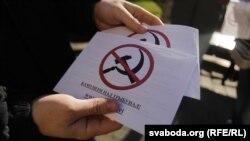 «Малады Фронт» раздаваў каля «Макдональдза» антысталінскі ўлёткі