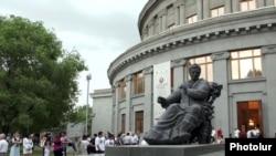 Памятник Араму Хачатуряну перед зданием Оперного театра в Ереване