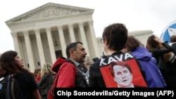 Демонстрация в здания Верховного суда в Вашингтоне против назначения одного из судей. Архивное фото, сентябрь 2018